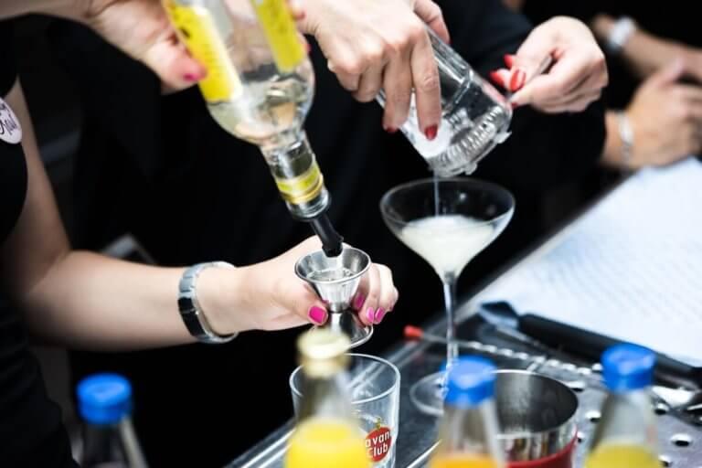 Gästen mixen selber Cocktails