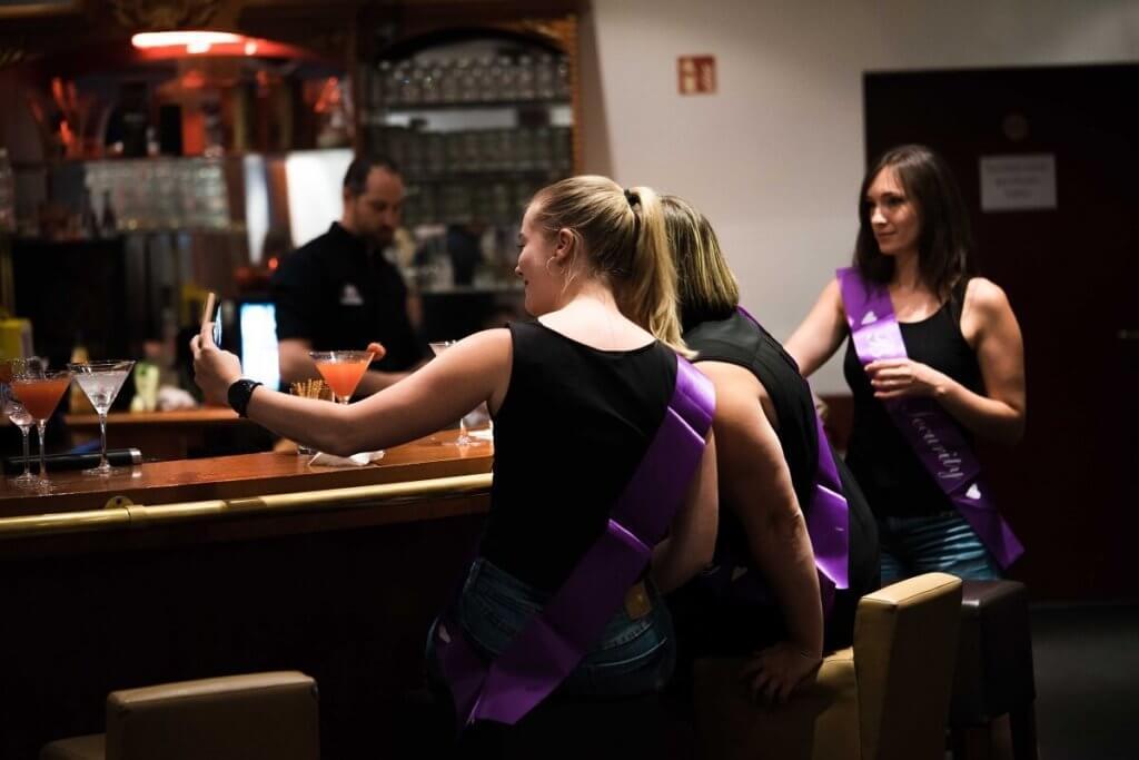 Frauen machen ein Selfie in der Cocktailbar