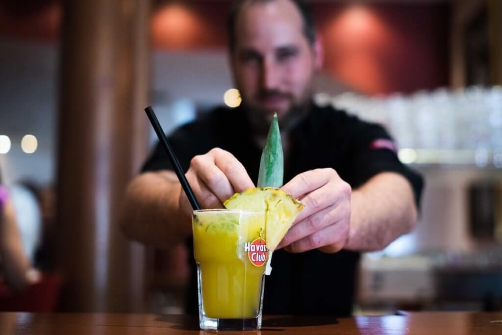 Leckerer Cocktail wird serviert