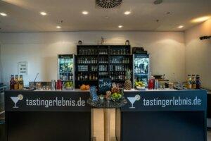 Frontal Ansicht der Cocktailbar und Regale im Hintergrund