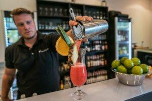 Barkeeper schenkt Cocktail ein